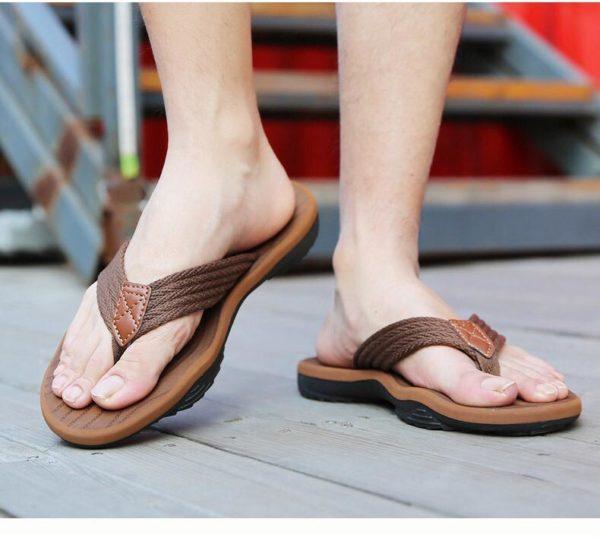 sandalias marrones en pie de modelo