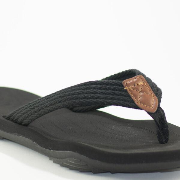 vista cercana de sandalia negra