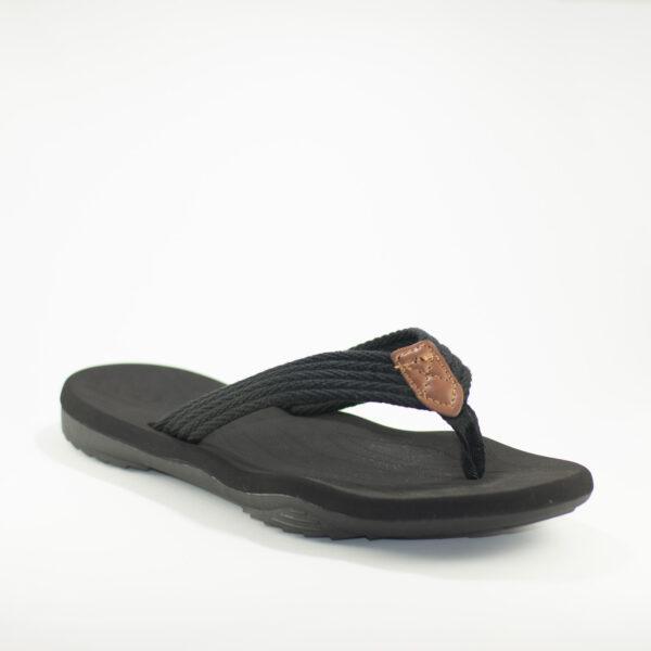 vista sandalia negra de cerca