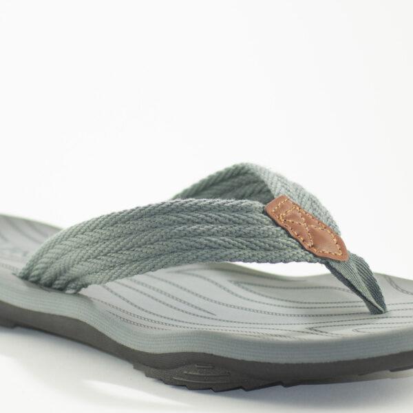 sandalia gris de johnny colosi de cerca