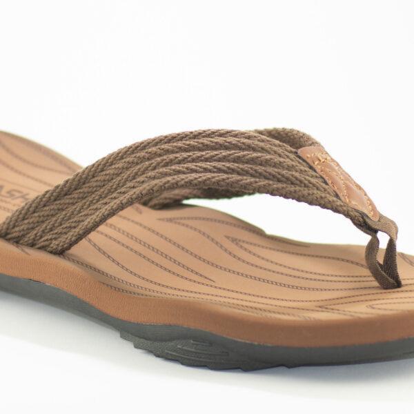 detalle de sandalias marron