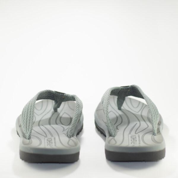 vista trasera de las sandalias grises