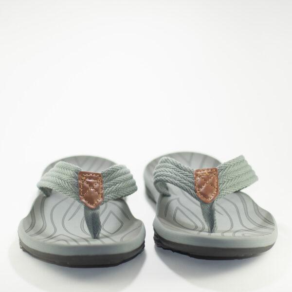 vista frontal sandalias grises