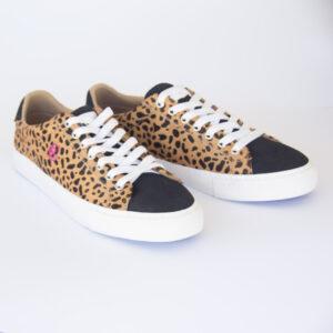 Bambas leopardo unisex con detalles en talolnera y punta en negro.